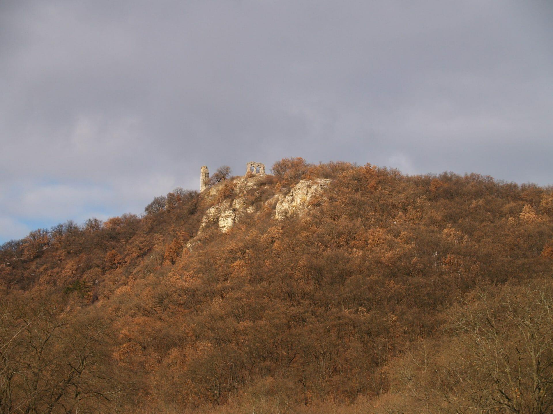 Csővár, egy középkori várrom és a triász/jura határ