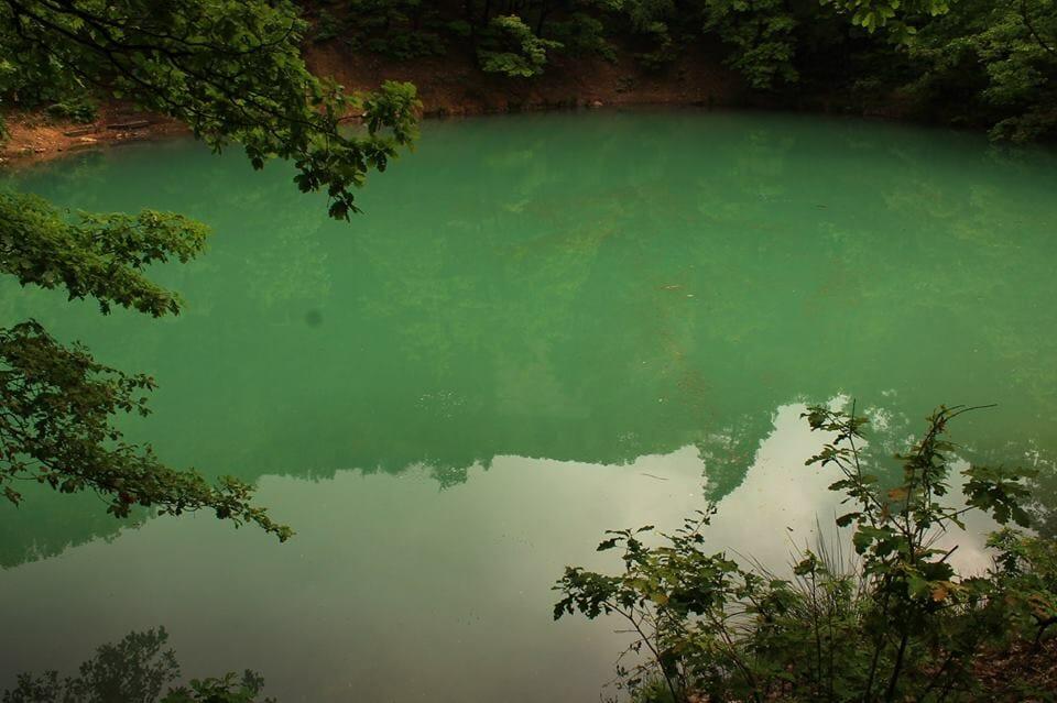 Van egy Kék-tó a fák alatt