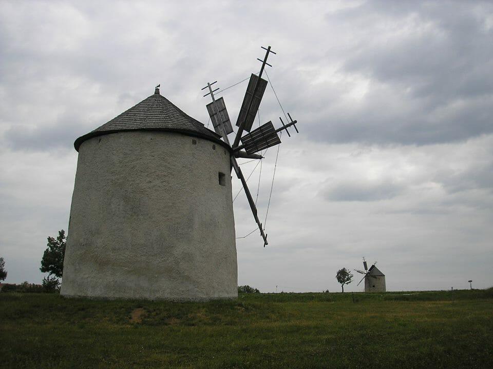 Őrt álló szélmalmok a fennsíkon