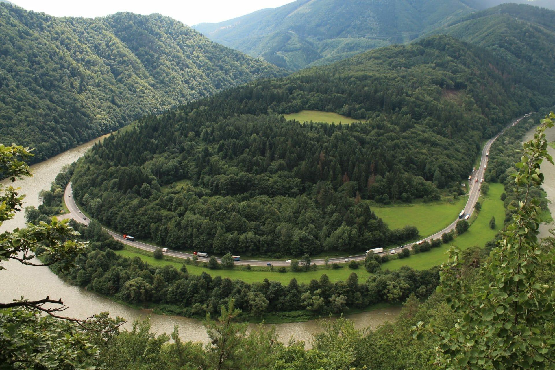 A Vág folyó meandere a Kis-Fátrában