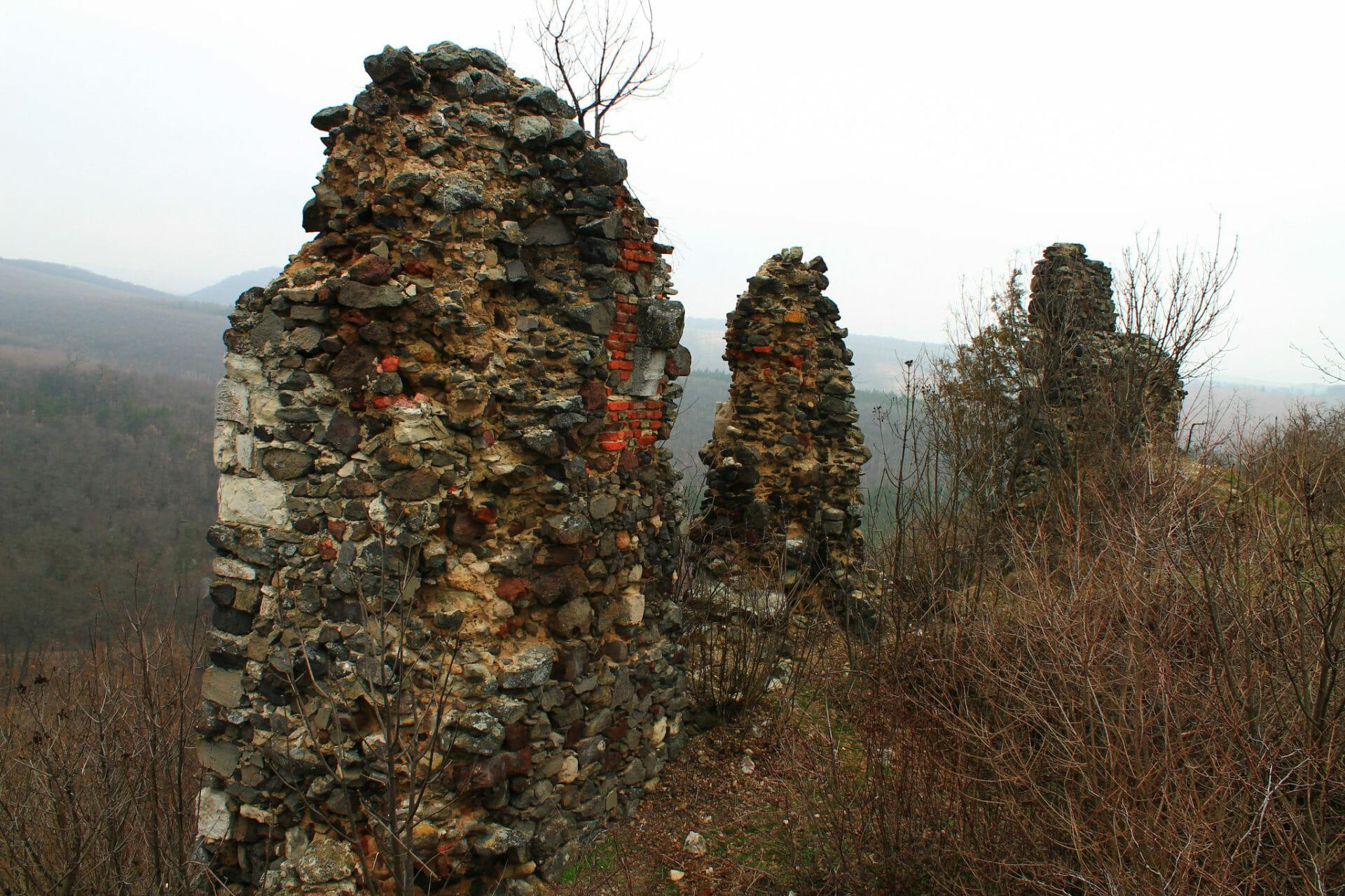 Buják várának természetes és beépített kövei